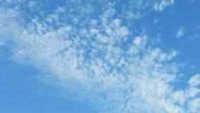 Jaskrawy niebieskie niebo z lekkimi białymi chmurami Zdjęcia Royalty Free