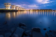 Jaskrawy niebo piękny błękitny kolor przy Uthokawiphatprasit Watergate, Pak Phanang, Nakhon Si Thammarat dywersi tamy projekt zdjęcia royalty free