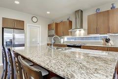 Jaskrawy nowożytny otwiera planu kuchennego izbowego wnętrze Obrazy Stock