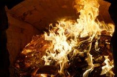 Jaskrawy ogień ogień w wielkim ceglanym piekarniku Zdjęcia Royalty Free
