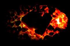 Jaskrawy płonący węgla drzewnego antracyt na czarnym tle zdjęcia stock