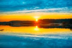 Jaskrawy piękny wschód słońca nad Spokojnym jeziorem, rzeka i Fotografia Royalty Free
