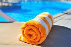 Jaskrawy plażowy ręcznik na tle basen Zdjęcie Royalty Free