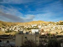 Jaskrawy Pogodny zima dzień w Jordania nowoczesne miasto zdjęcia royalty free