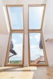 Jaskrawy pokój z dużymi okno zdjęcia royalty free