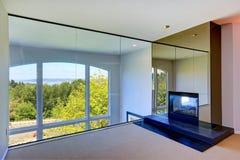 Jaskrawy pusty pokój z grabą i szklaną ścianą Zdjęcie Royalty Free