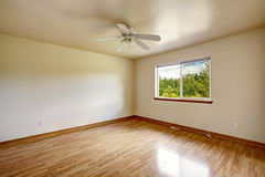 Jaskrawy pusty pokój z okno Obrazy Stock