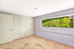 Jaskrawy pusty pokój z pięknym nadokiennym widokiem fotografia royalty free