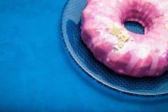Jaskrawy różowy śmietanka tort z białą czekoladą niebieska t?a miejsce tekst zdjęcia royalty free