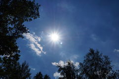Jaskrawy słońce na niebieskim niebie Obraz Stock