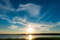 Jaskrawy słońce nad jeziorem Obraz Stock
