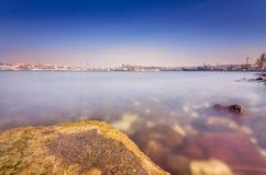 Jaskrawy słońce ustawiający nad miasto zatoką Obraz Royalty Free