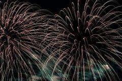 Jaskrawy spływanie lubi magiczną fontannę fajerwerki Piękny nowożytny tło dla wszystkie jaskrawych okazj Zdjęcie Royalty Free