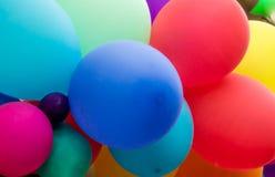 Jaskrawy stubarwny świąteczny tło z balonami zdjęcia stock