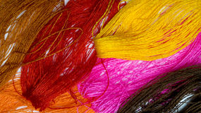 Jaskrawy tło robić barwione nici Fotografia Stock