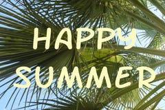 Jaskrawy tło z wpisowym Szczęśliwym latem Zieleni gałąź drzewka palmowe przeciw niebieskiemu niebu Fotografia z racą royalty ilustracja