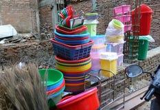 Jaskrawy tableware jest na resztkach ściana z cegieł Obraz Stock