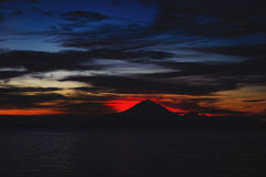 Jaskrawy tropikalny zmierzch i sylwetki Agung wulkan na wyspie Bali w Indonezja Zdjęcie Stock