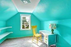 Jaskrawy turkusowy pokój z biurkiem i krzesłem Obrazy Stock