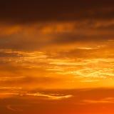 Jaskrawy wibrujący pomarańcze i koloru żółtego kolorów zmierzchu niebo zdjęcia royalty free