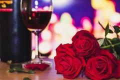 Jaskrawy wina szkło dla walentynki ` s dnia i Fotografia Stock