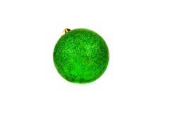 Jaskrawy - zielona Bożenarodzeniowa piłka odizolowywająca na bielu Zdjęcia Stock