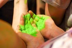 Jaskrawy - zielony proszek w rękach Obraz Royalty Free