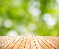 Jaskrawy - zielony tło, wiosny plamy bokeh na drewnianej podłoga Obrazy Royalty Free
