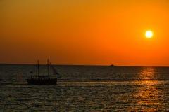 Jaskrawy zmierzch nad Czarnym morzem ADLER, ROSJA obrazy stock