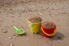 Jaskrawych dzieci plastikowe zabawki w piasku Poj?cie pla?owy odtwarzanie dla dzieci obrazy royalty free
