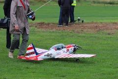 Jaslo,波兰- 2018年7月1日:一个人是有一个无线电操纵的飞机模型的一个参加者在象草的机场跑道 Exhibiti 库存图片