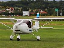 Jaslo, Πολωνία - 1 Ιουλίου 2018: Ελαφρύ διπλό turboprop αεροπλάνο επιβατών του άσπρου χρώματος στο χλοώδες αεροδρόμιο του αεροδρο Στοκ Εικόνες