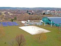 Jaslo/波兰03 15 2018年:自治都市炫耀与一个被盖的游泳池的复杂MOSiR与水滑道和运动场 现代 H 免版税库存图片