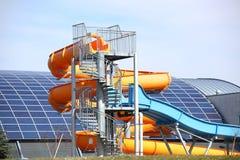 Jaslo, Polônia - 9 3 2019: Complexo municipal dos esportes de MOSiR com uma piscina interior com uma corrediça de água O uso dos  foto de stock