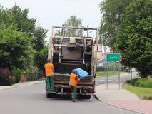 Jaslo, Polônia - podem 25 2018: Coleção e transporte do lixo doméstico por empregados municipais do serviço Controle do ecol fotografia de stock
