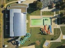 Jaslo Polen - Oktober 15 2018: MOSiR kommunala sportar som är komplexa med en inomhus simbassäng med en waterslide och sportfält  royaltyfri foto