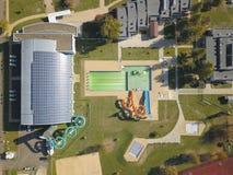 Jaslo Polen - Oktober 15 2018: MOSiR kommunala sportar som är komplexa med en inomhus simbassäng med en waterslide och sportfält  royaltyfria foton
