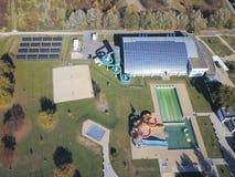 Jaslo Polen - Oktober 15 2018: MOSiR kommunala sportar som är komplexa med en inomhus simbassäng med en waterslide och sportfält  arkivbilder