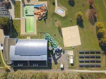 Jaslo Polen - Oktober 15 2018: MOSiR kommunala sportar som är komplexa med en inomhus simbassäng med en waterslide och sportfält  arkivfoto