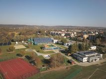 Jaslo Polen - Oktober 15 2018: MOSiR kommunala sportar som är komplexa med en inomhus simbassäng med en waterslide och sportfält  royaltyfri bild