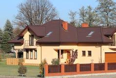 Jaslo, Polen - 9 9 2018: Projekt eines kleinen Landhauses mit gelben Wänden und einem braunen Dach Der hintere und vordere Hof vo lizenzfreie stockfotos