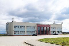 Jaslo Polen - Sept 9 2018: Modern skola Idrottshall och trädgård Ställe av skolahändelser och sportaktiviteter Utbildning av skol arkivfoton