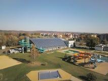Jaslo, Pologne - Oct. 15 2018 : Sports municipaux de MOSiR complexes avec une piscine d'intérieur avec un waterslide et des champ images libres de droits