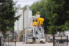 Jaslo, Polska - może 25 2018: Pracownicy naprawiają agregat dla produkci beton Rękodzielnicza technologia budynek mieszanka Zdjęcie Stock