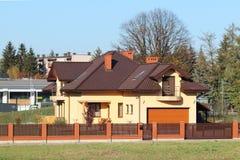 Jaslo, Polska - 9 9 2018: Projekt mała willa z kolor żółty ścianami i brązu dachem Plecy i przodu podwórze intymny obraz stock