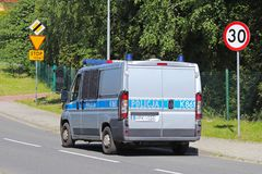 Jaslo/Yaslo,波兰-可以22,2018 :限制交通的速度对30 km/h和中止的 在高速公路的路标 交通安全  免版税库存照片