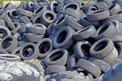 Jaslo/Yaslo,波兰- 2018年4月12日:各种各样的汽车、卡车和拖拉机的甜橡胶轮胎 汽车制造业技术  库存照片