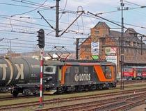Jaslo/Yaslo,波兰- 2018年4月8日:火车站 有油箱无盖货车的机车 货物运输 精炼厂buisnes 库存图片