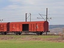 Jaslo/Yaslo,波兰- 2018年4月8日:火车站 货物运输 在战略站点的安全 铁路驱动 木头 库存照片