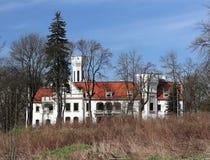 Jaslo/Yaslo,波兰- 2018年4月14日:Srochynskes城堡:在之间的白色城堡在春天或秋天季节的树 Palac Sroczynsk 库存图片
